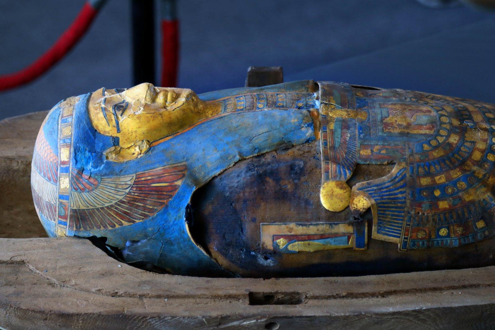 這是11月14日在埃及吉薩拍攝的彩繪木棺。(新華社)