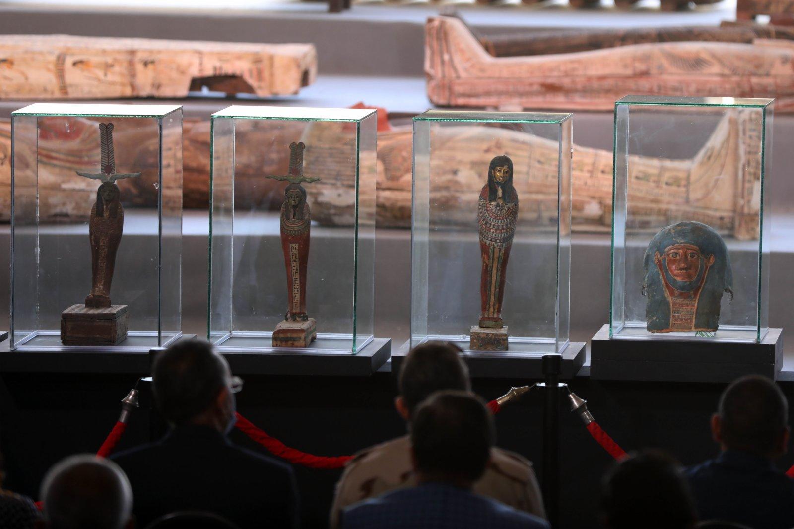 這是11月14日在埃及吉薩拍攝的彩繪木棺和其他出土文物。(新華社)