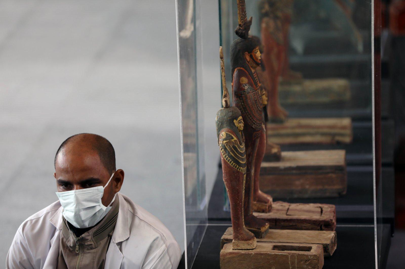 11月14日,在埃及吉薩,一名工作人員在彩繪木棺發現現場工作。(新華社)