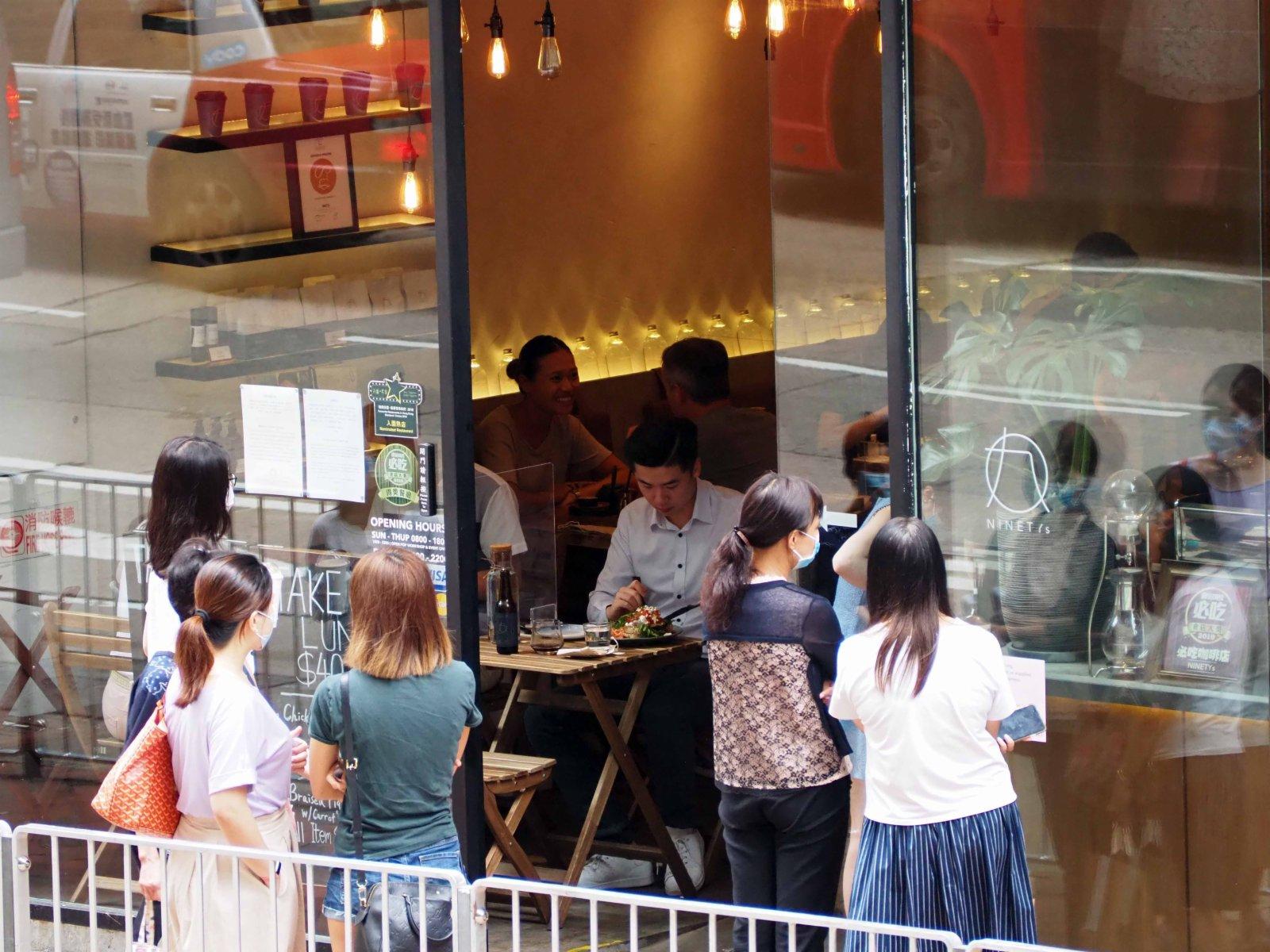 16日起再度收緊社交距離限制措施,食肆每枱人數上限會由現時的六人縮減至四人。(香港中通社)