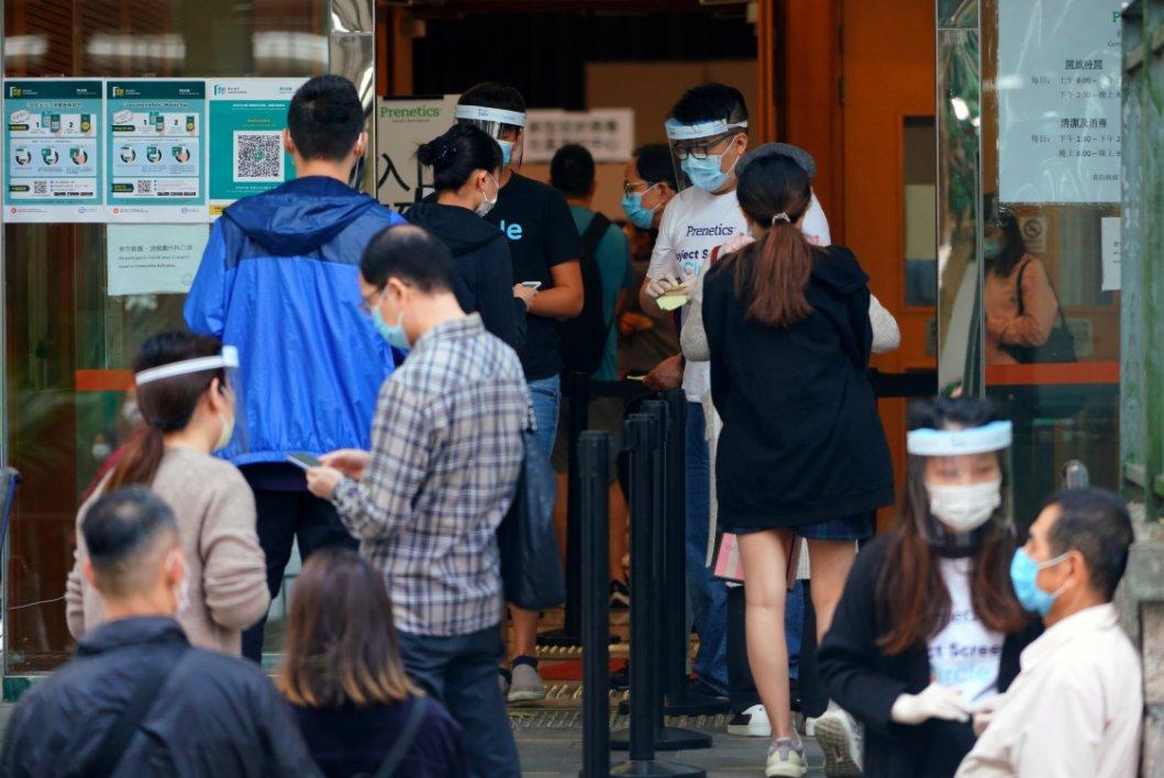 圖為眾多市民前來位於鯽魚湧社區會堂的社區檢測中心檢測。(中新社圖片)