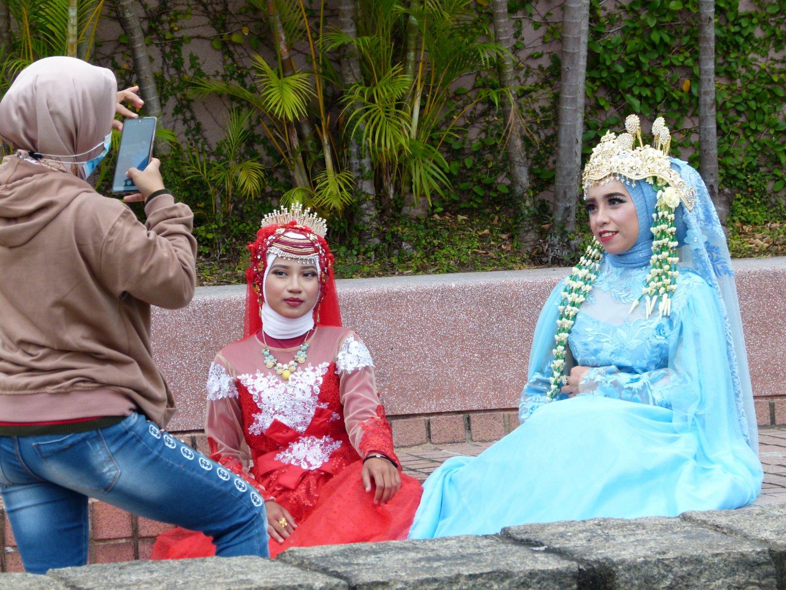 11月15日,外傭在尖沙咀九龍公園穿上傳統服裝拍照留念。(中新社)