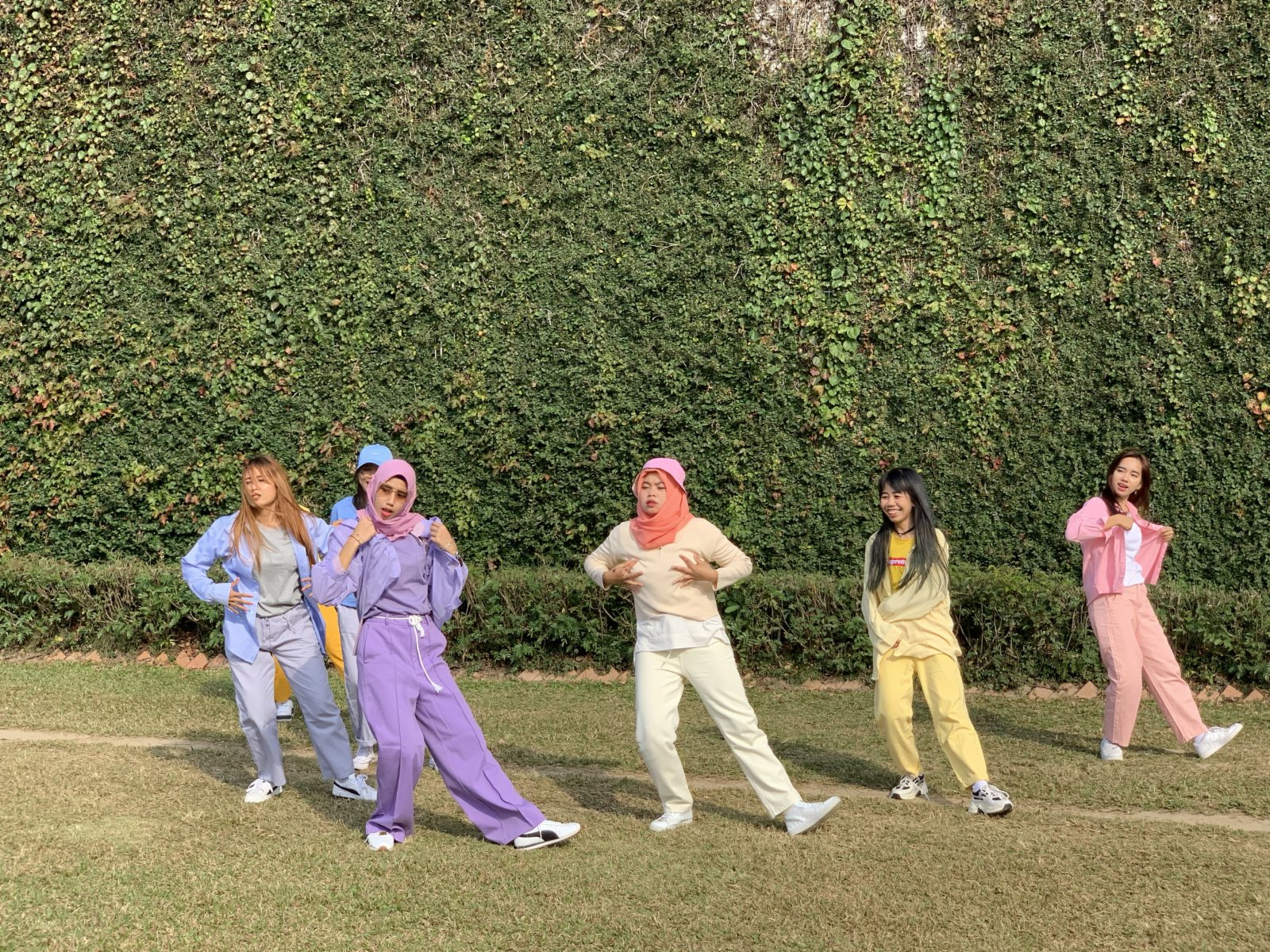 11月15日,穿着顏色鮮艷的印傭在深水埗大坑東球場跳舞。(中新社)