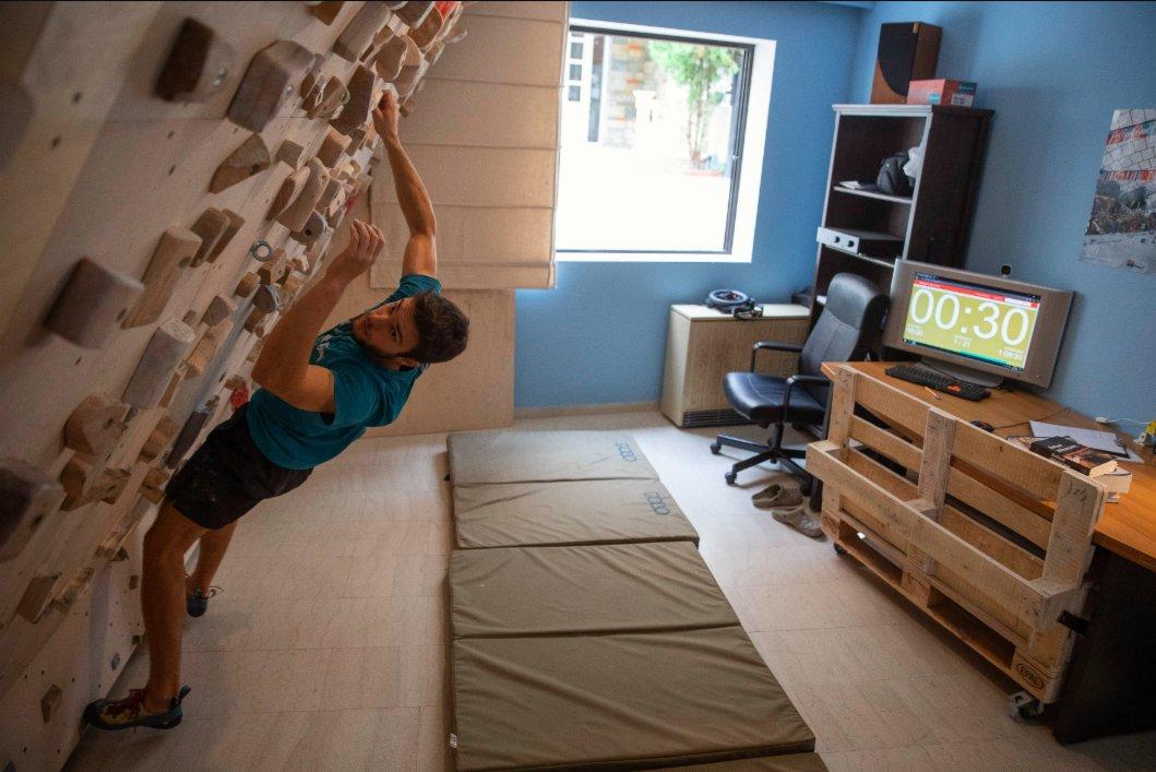 11月10日,曼索·瓦爾薩米迪斯在位於希臘塞薩洛尼基家中的自製巖壁上訓練。(新華社圖片)