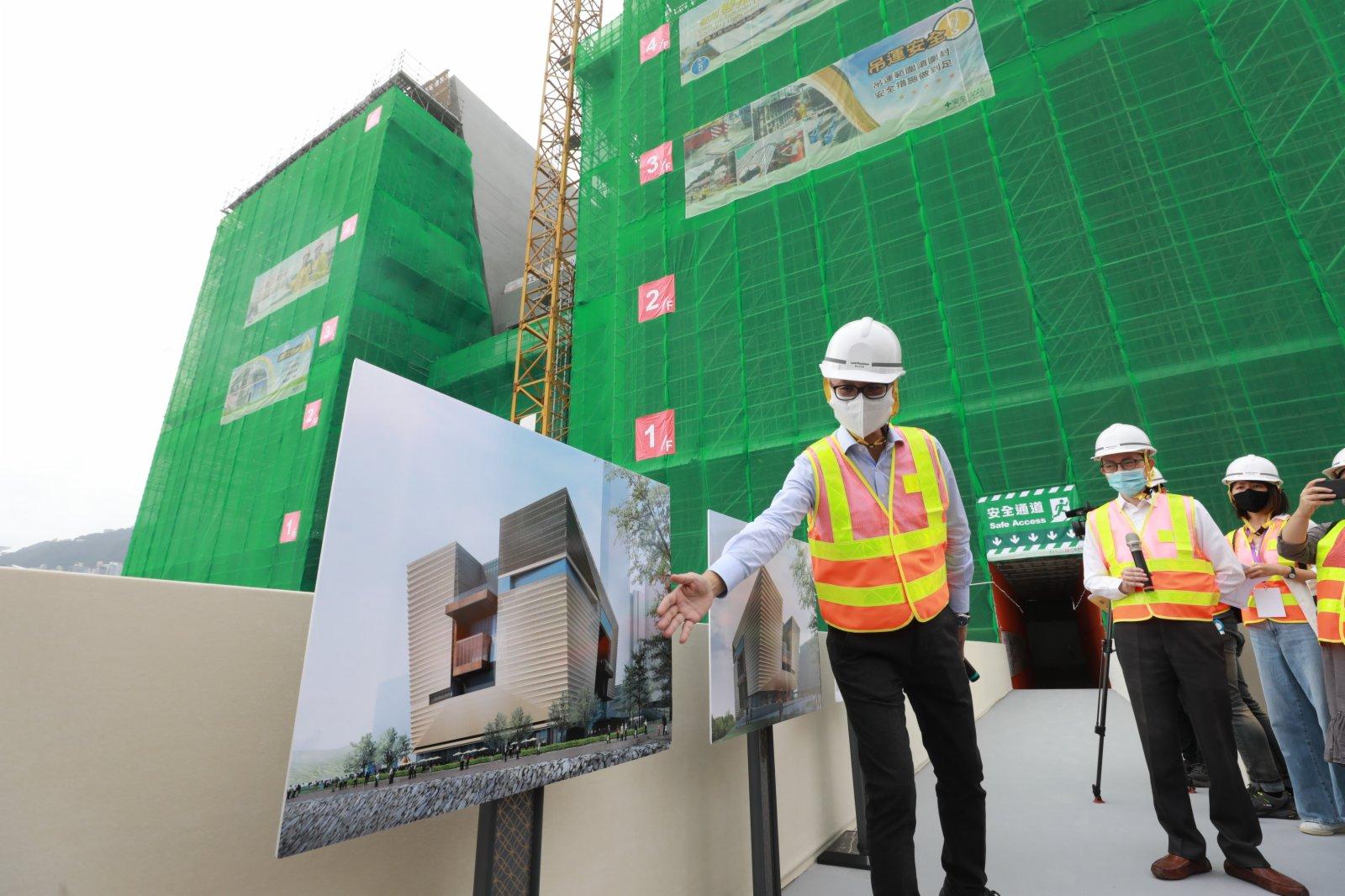 西九管理局近日表示,位於西九文化區的「香港故宮文化博物館」大樓7月已平頂,稍後將陸續安排接收北京800件文物,預計2022年中開幕迎客。