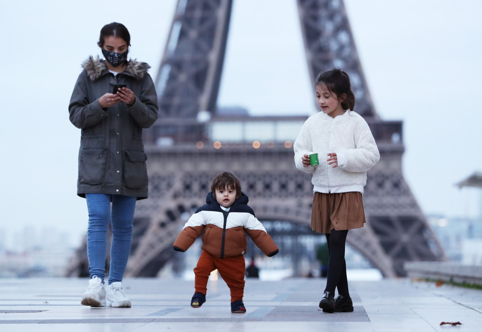 11月16日,一位母親帶着孩子在法國巴黎埃菲爾鐵塔附近的特羅卡德羅廣場散步。