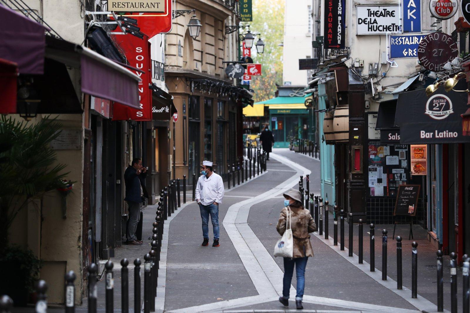 11月16日,法國巴黎聖母院附近的一條美食街店舖關閉,人煙稀少。