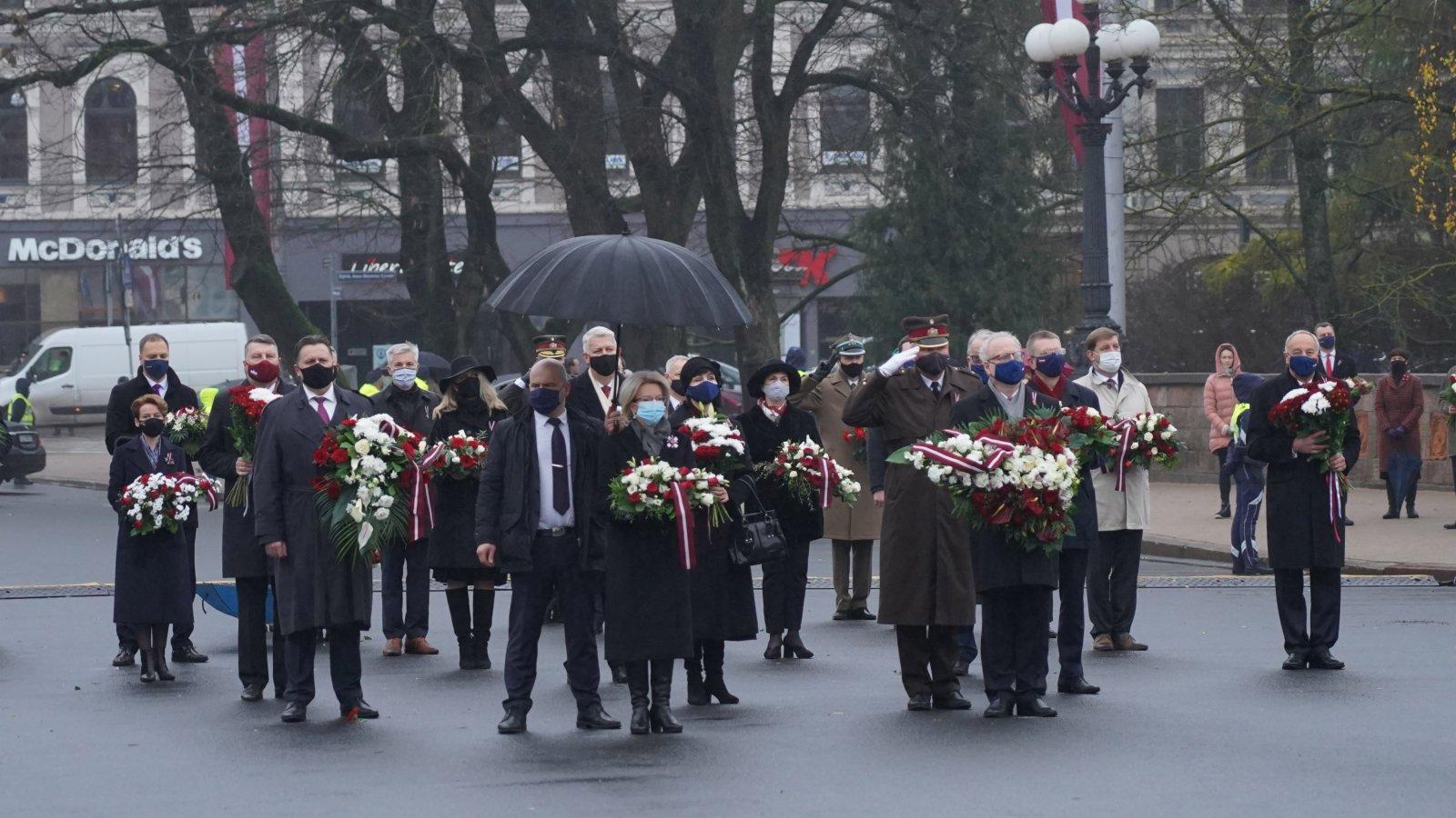 11月18日,在拉脫維亞首都里加,拉脫維亞總統萊維茨(前右)、議長穆爾涅採(前左)等政要向自由紀念碑獻花。(新華社)