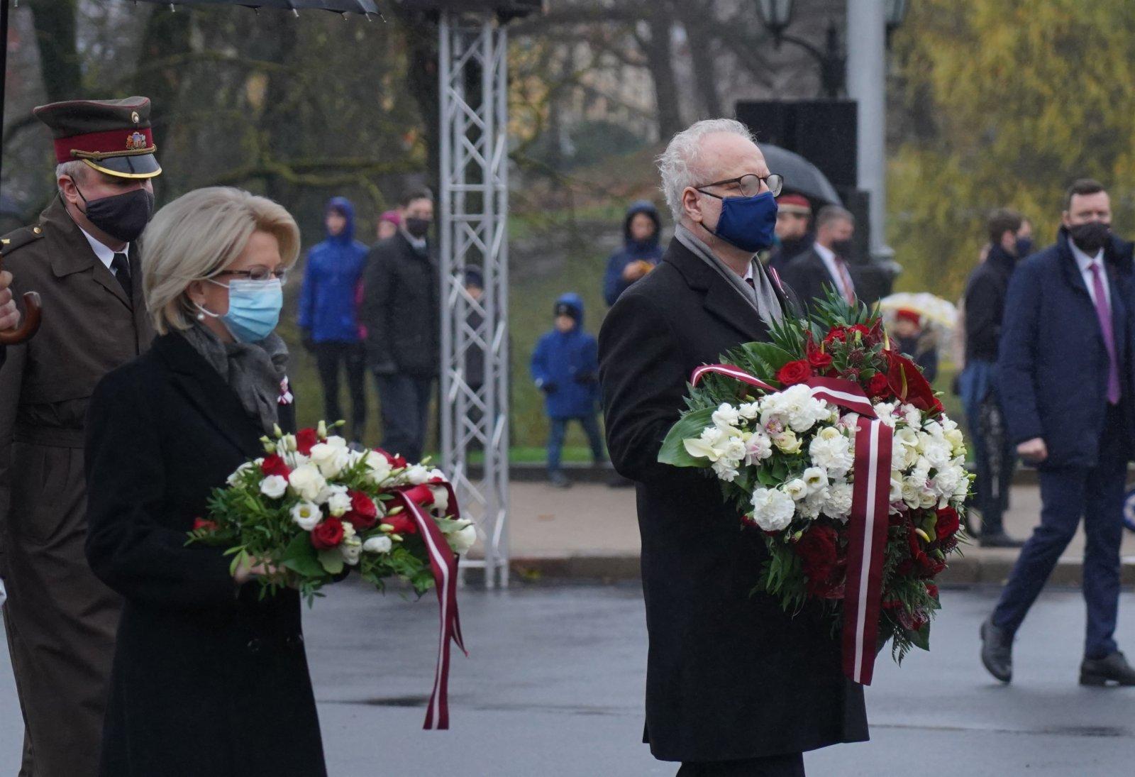 11月18日,在拉脫維亞首都里加,拉脫維亞總統萊維茨(前右)、議長穆爾涅採(前左)向自由紀念碑獻花。(新華社)