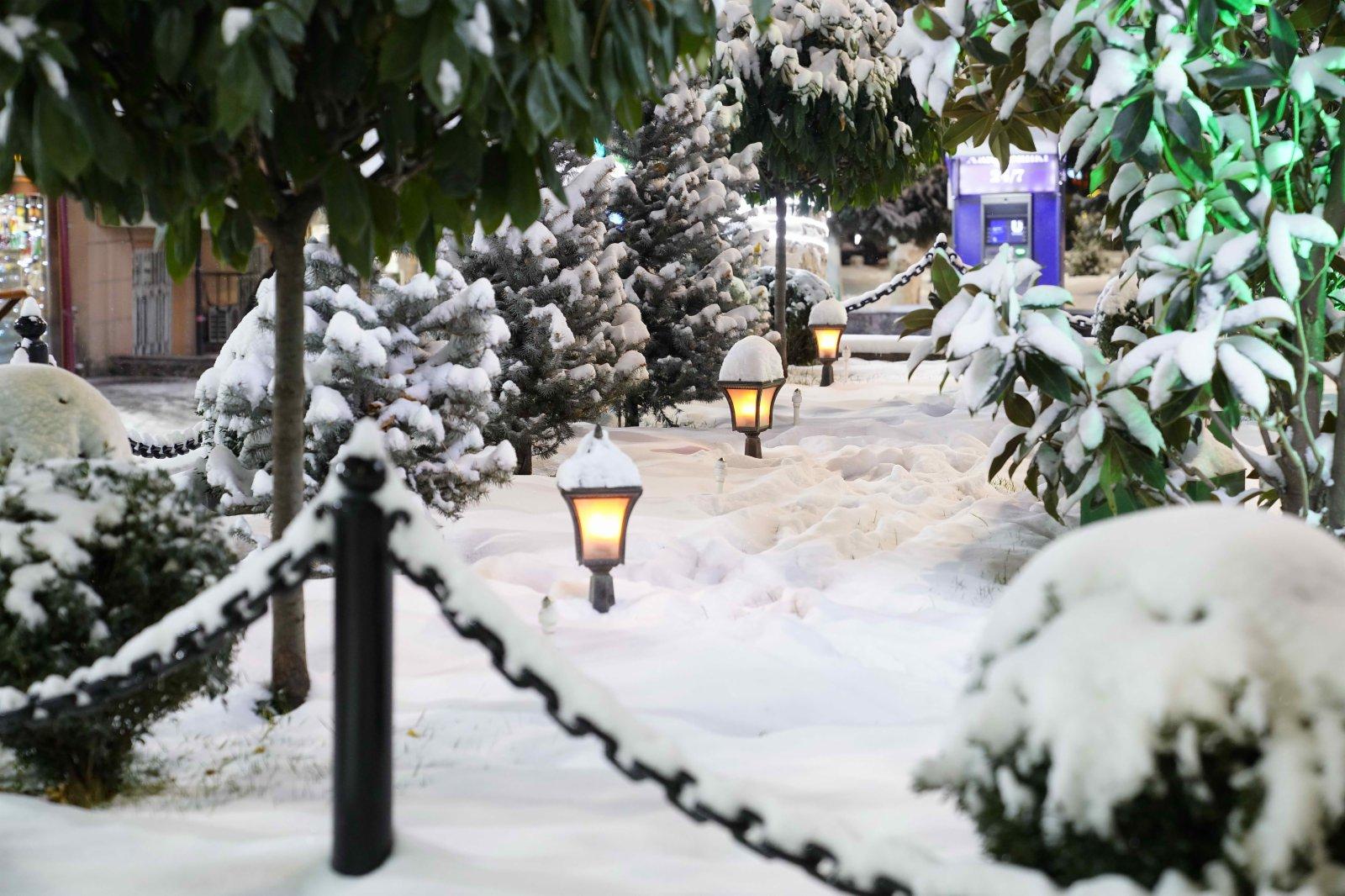 這是11月18日在烏茲別克斯坦首都塔什干拍攝的雪景。當日,受寒流南下影響,烏茲別克斯坦首都塔什干市區迎來今冬首場降雪。(新華社)