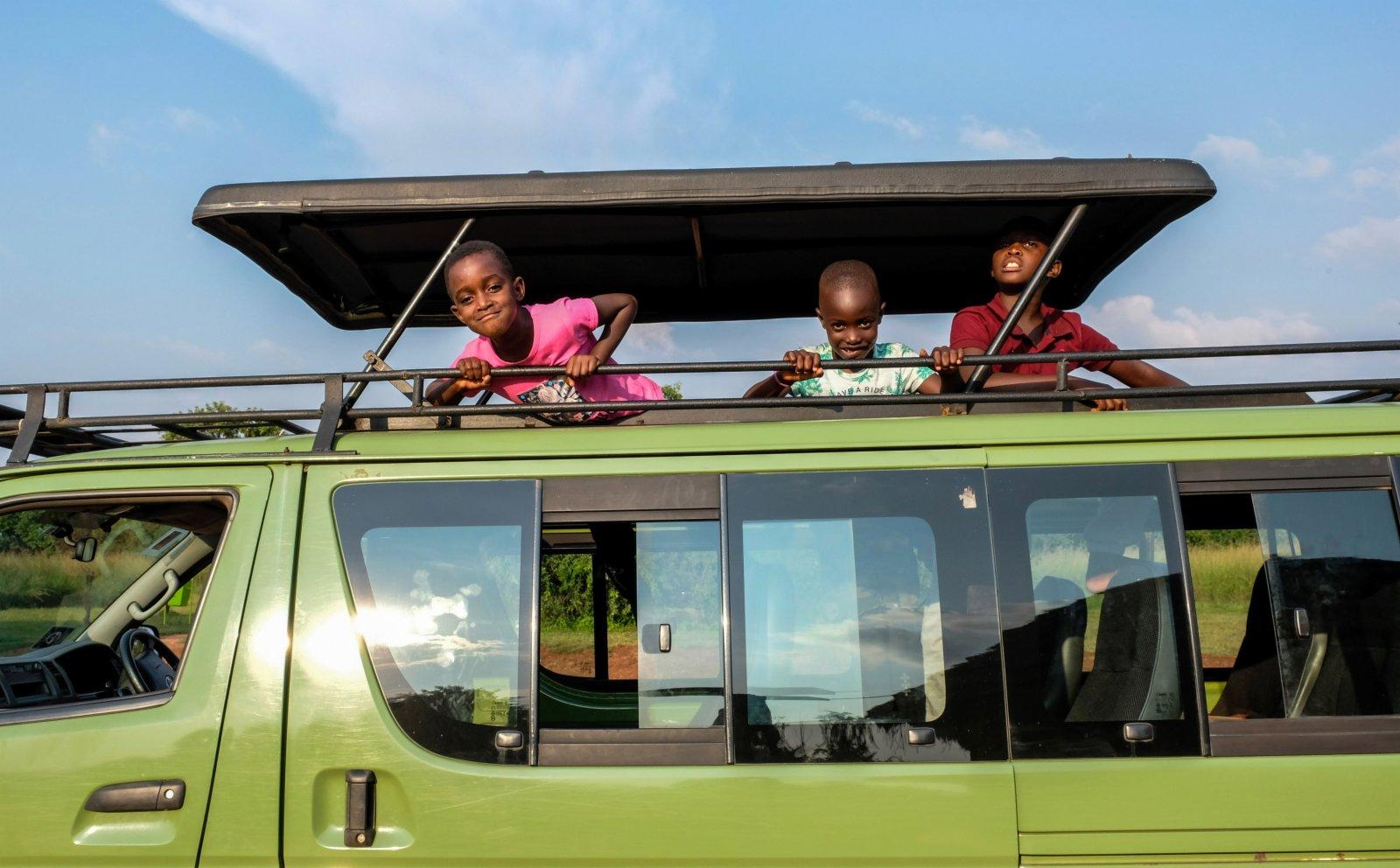 7月29日,在位於烏干達卡邦區的基代波河谷國家公園裡,孩子們乘車獵遊。(新華社)