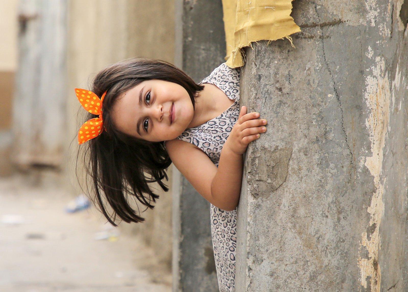 6月7日,一個小女孩在加沙地帶的沙提難民營玩耍。(新華社)