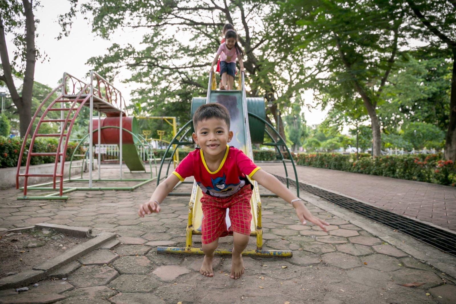7月9日,兒童在老撾首都萬象的公園玩耍。(新華社)