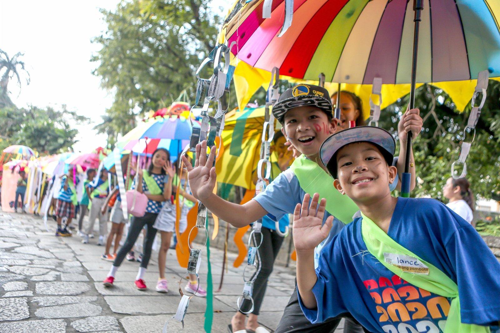 1月25日,在菲律賓馬尼拉,孩子們身著回收材料製作的服飾參加「兒童遊行」。(新華社)