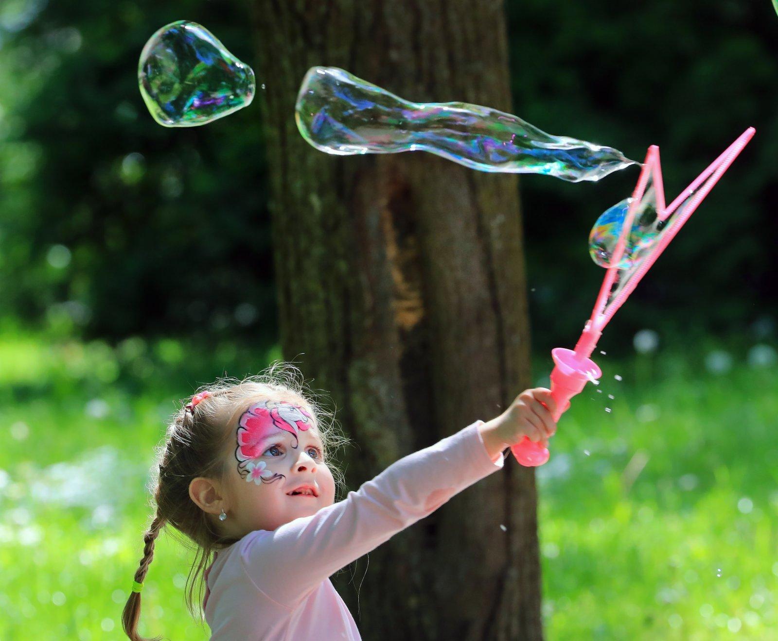 6月7日,一名女孩在白俄羅斯首都明斯克高爾基兒童公園玩肥皂泡。(新華社)