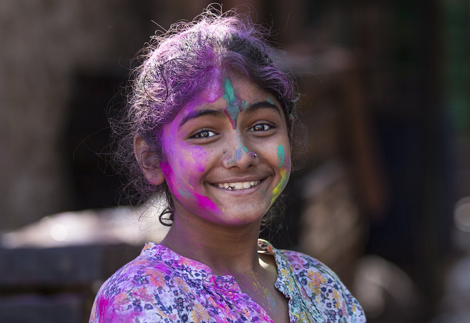 3月10日,在印度新德里,一名女孩參加灑紅節慶祝活動。(新華社)