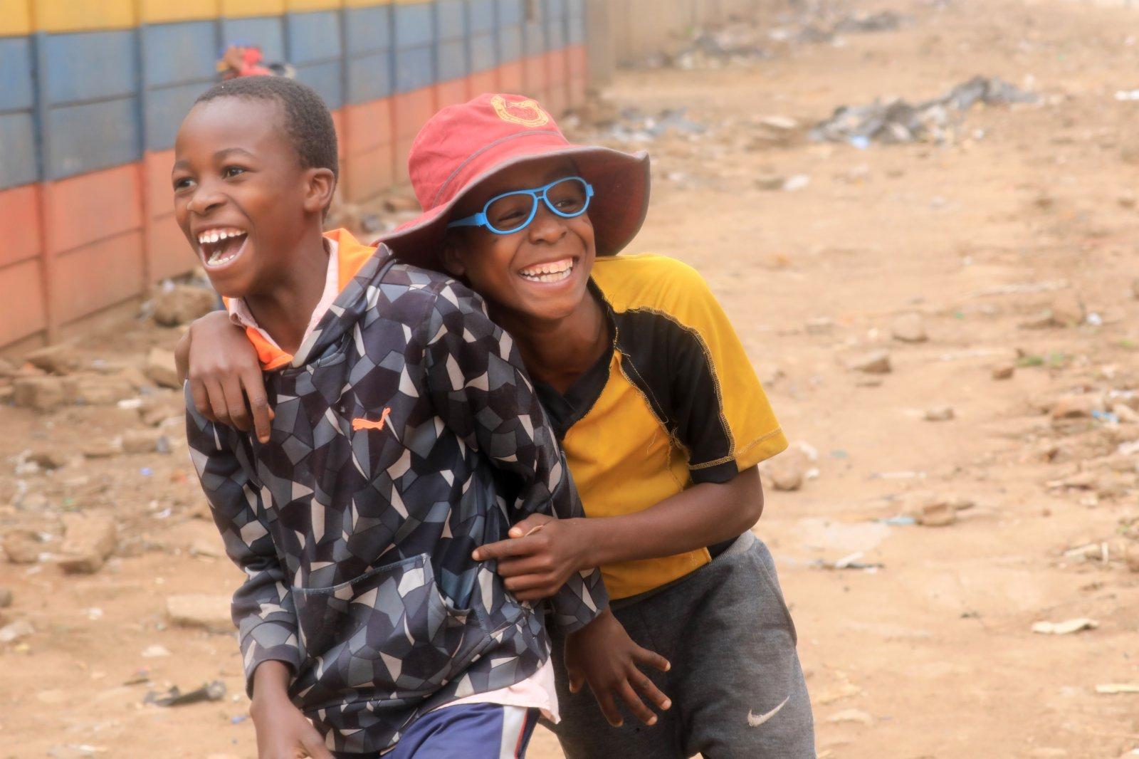 4月19日,在津巴布韋首都哈拉雷,兩名男孩在玩耍。(新華社)