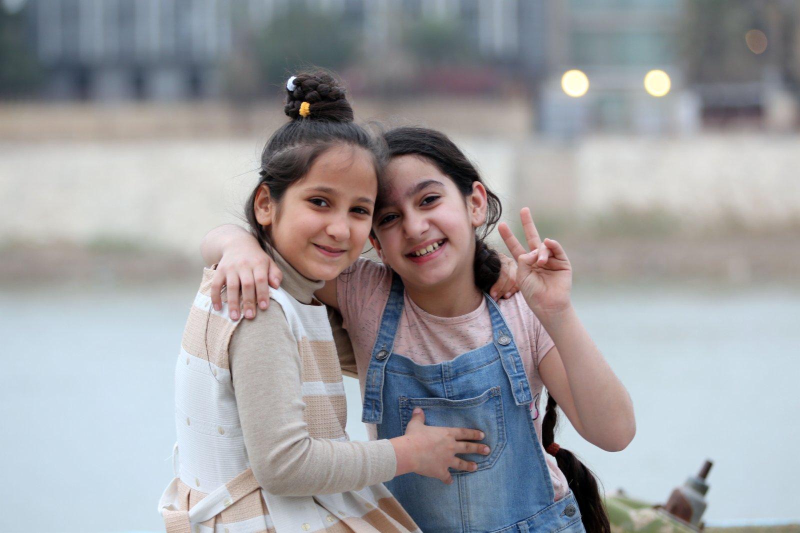 2月24日,孩子們在伊拉克巴格達的底格里斯河畔玩耍。(新華社)