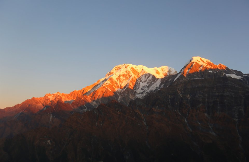 這是11月11日在尼泊爾安納布爾納地區拍攝的雪山日出景色。(新華社)
