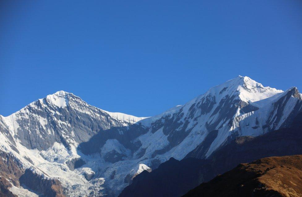 這是11月11日在尼泊爾安納布爾納地區拍攝的朝霞中的雪山。(新華社)