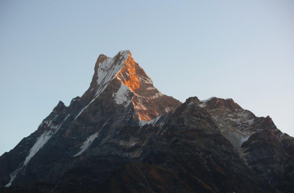 這是11月11日在尼泊爾安納布爾納地區拍攝的朝霞中的魚尾峰。(新華社)
