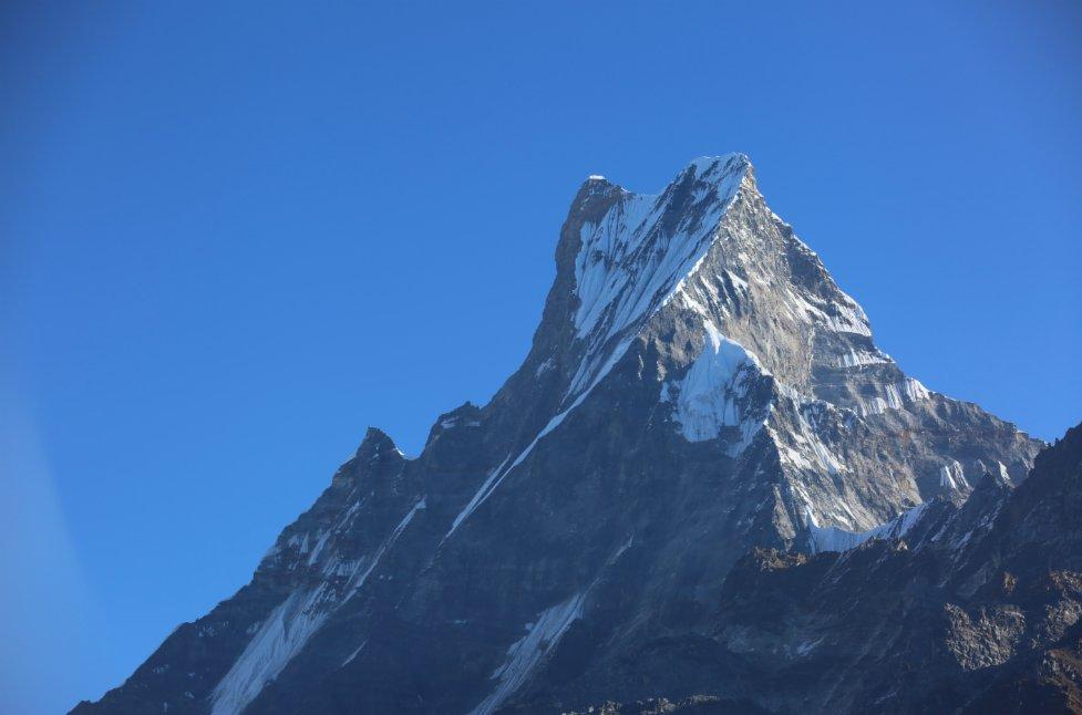 這是11月11日在尼泊爾安納布爾納地區拍攝的魚尾峰。(新華社)