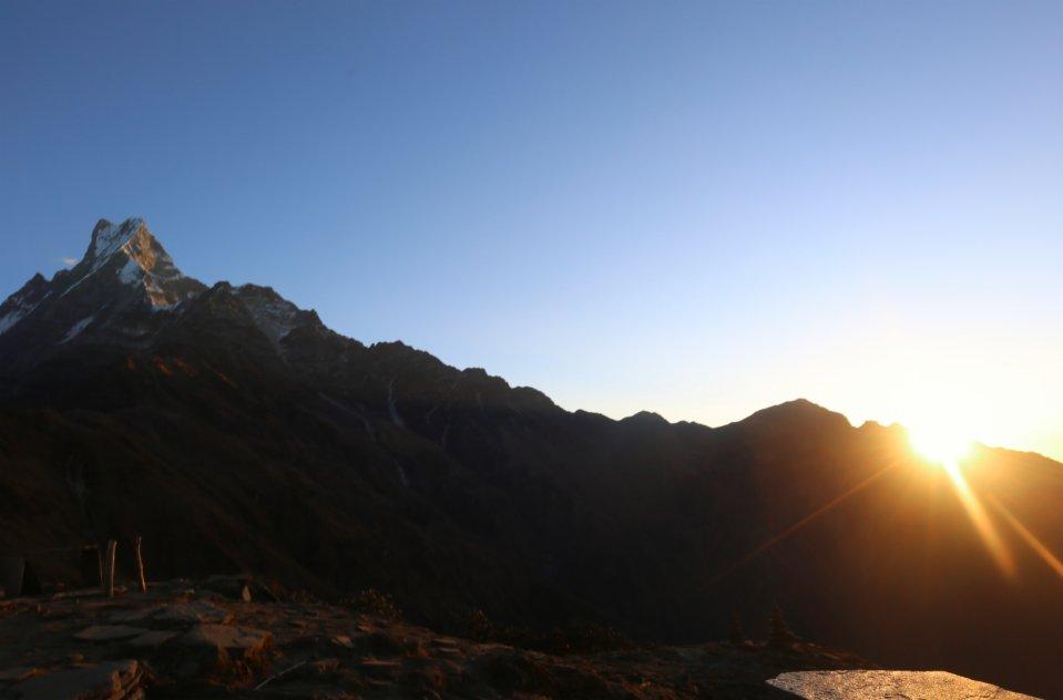 這是11月11日在尼泊爾安納布爾納地區拍攝的日出景色。(新華社)