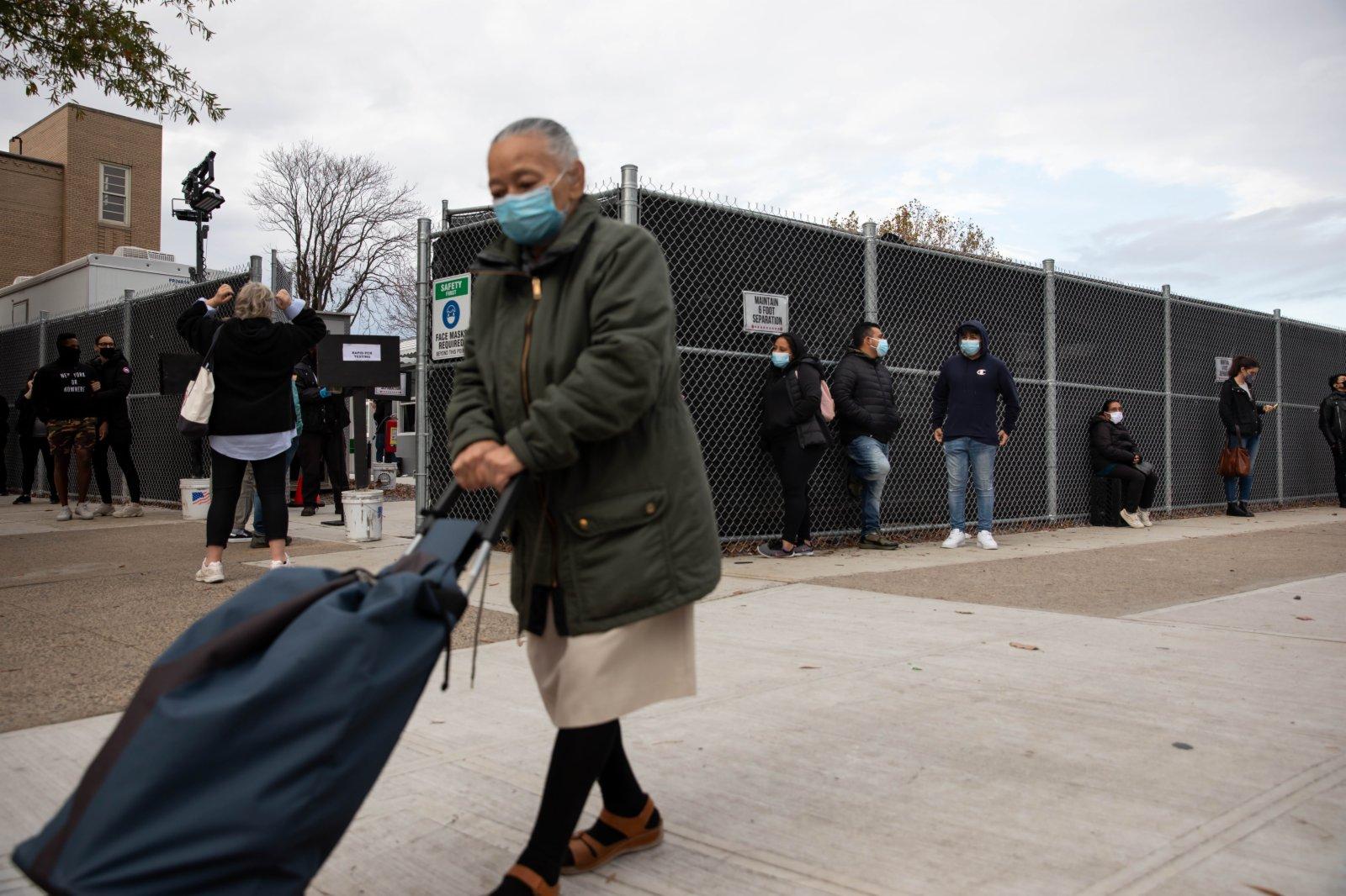 美國約翰斯·霍普金斯大學21日發布的新冠疫情最新統計數據顯示,美國累計確診病例超過1200萬例。圖為11月21日,人們在美國紐約排隊等待接受新冠病毒檢測。(新華社)