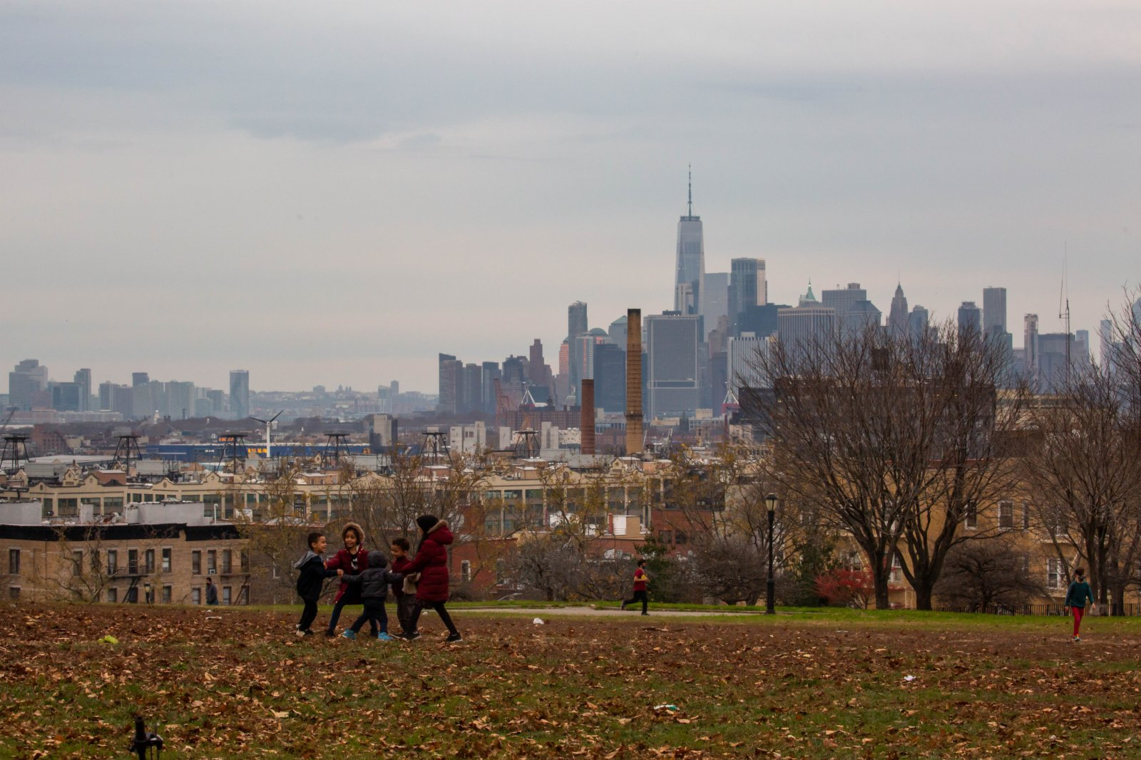 美國約翰斯·霍普金斯大學21日發布的新冠疫情最新統計數據顯示,美國累計確診病例超過1200萬例。圖為11月21日,孩子們在美國紐約的公園玩耍。(新華社)
