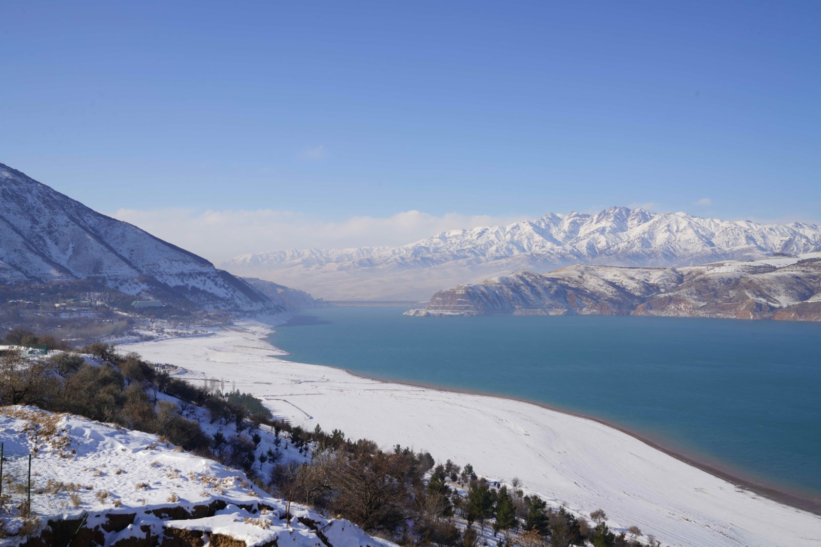 這是11月21日在烏茲別克斯坦首都塔什干附近的山區拍攝的雪景。(新華社圖片)