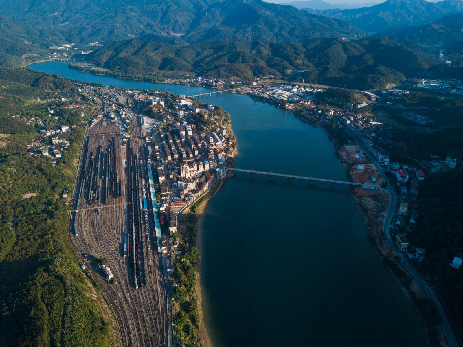 這是福建省南平市延平區來舟鎮的來舟火車站和來舟鎮(11月21日攝,無人機照片)。(新華社圖片)