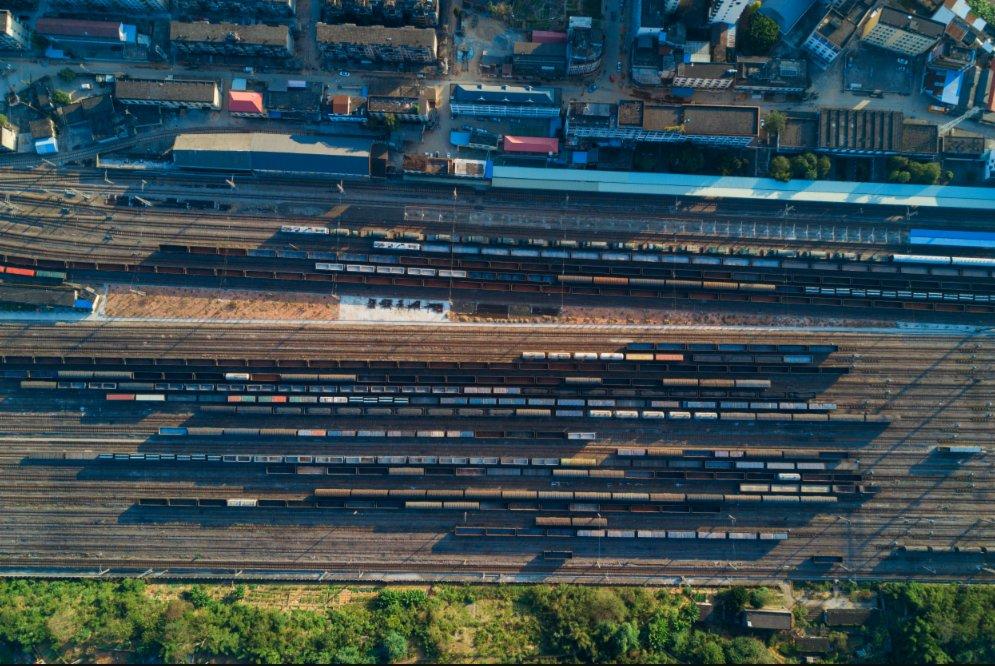 11月21日,貨運列車停靠在位於福建省南平市延平區來舟鎮的來舟火車站(無人機照片)。(新華社圖片)