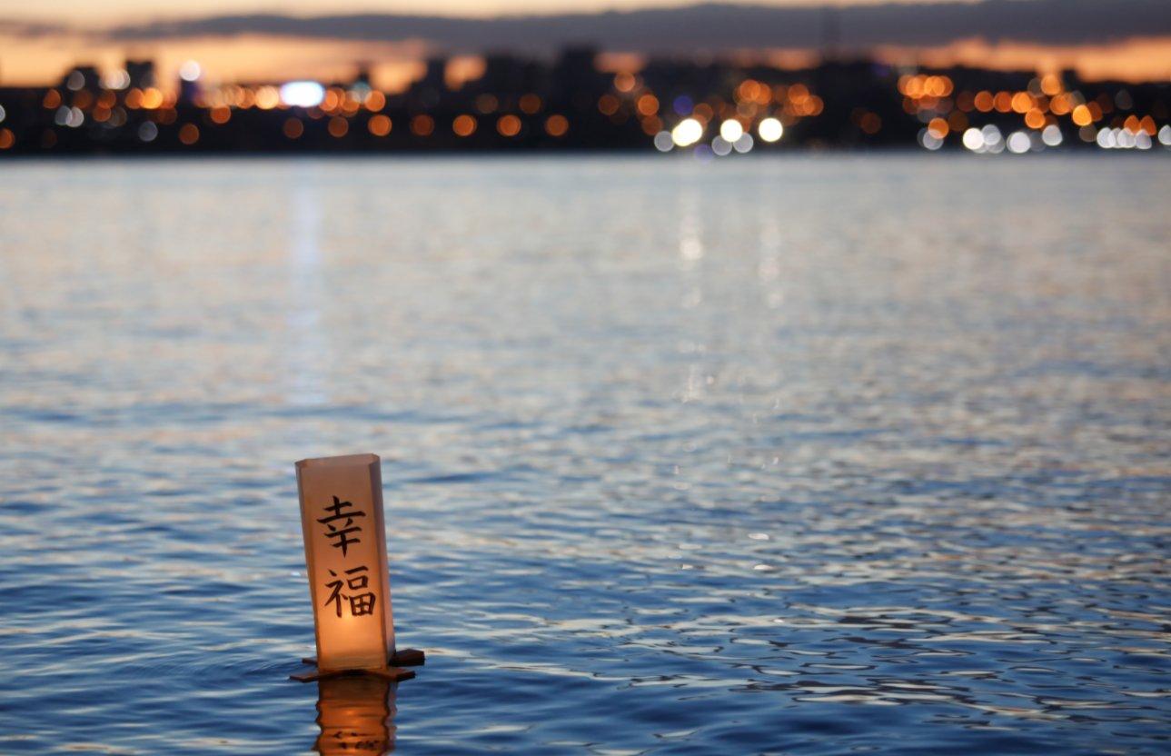這是11月30日在巴西首都巴西利亞拍攝的湖上的水燈。(新華社)