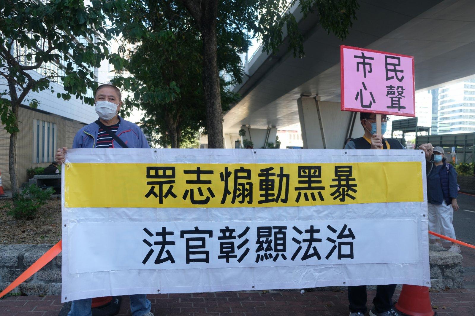 有市民今日(2日)上街聲討黃之鋒、林朗彥和周庭3人禍港漢奸、罪大惡極,促律政司嚴格把關、重判入獄。(大公文匯全媒體記者攝)