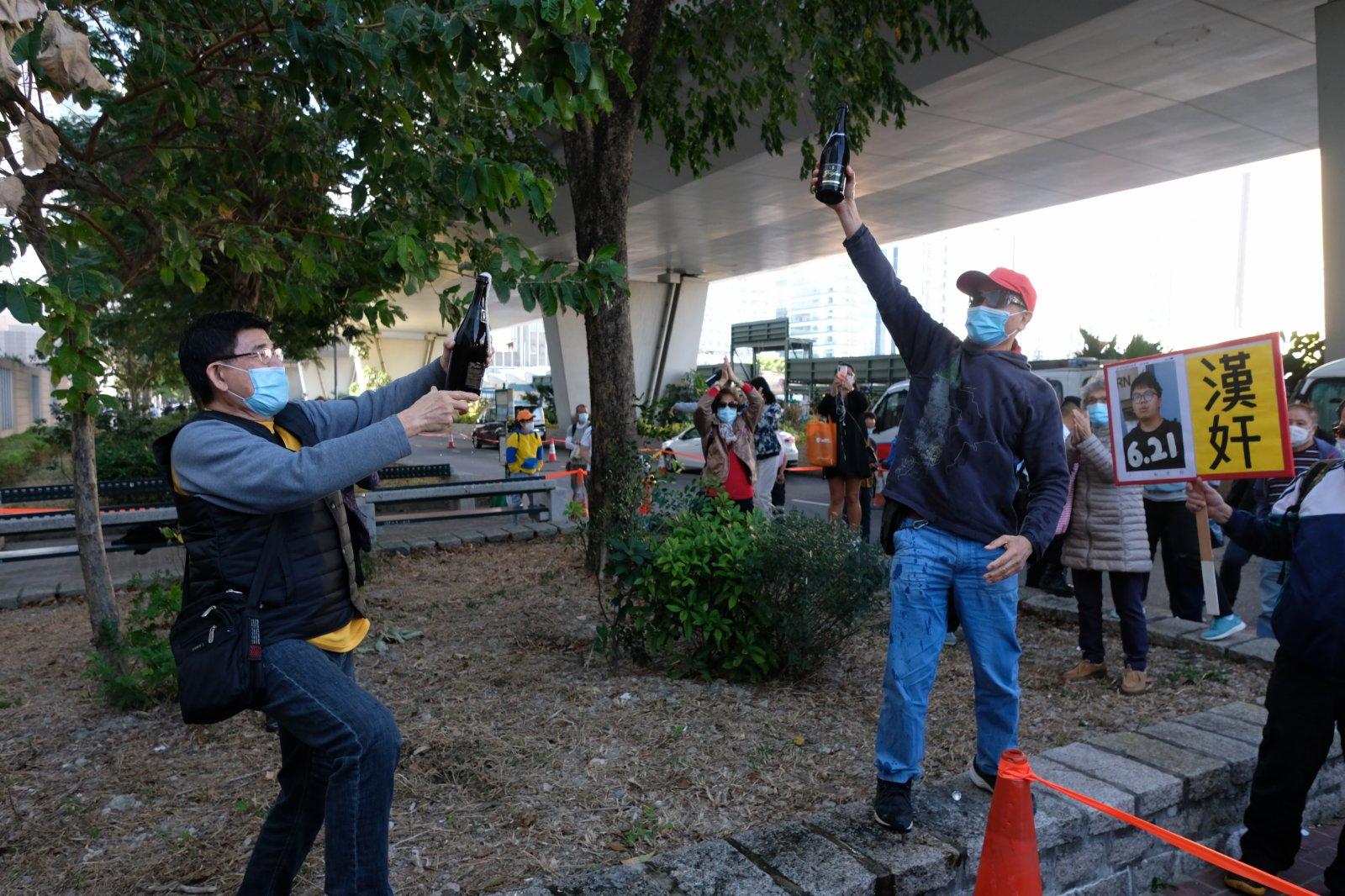 黃之鋒林朗彥周庭包圍警總案分判囚7至13.5個月,市民開香檳慶祝。(大公文匯全媒體記者麥鈞傑 攝)