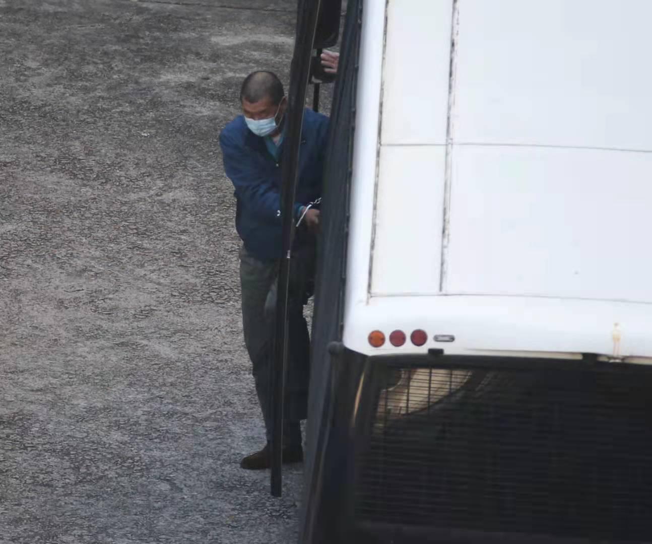 黎智英雙手戴手銬被囚車押抵荔枝角收押所。(大公文匯全媒體記者攝)