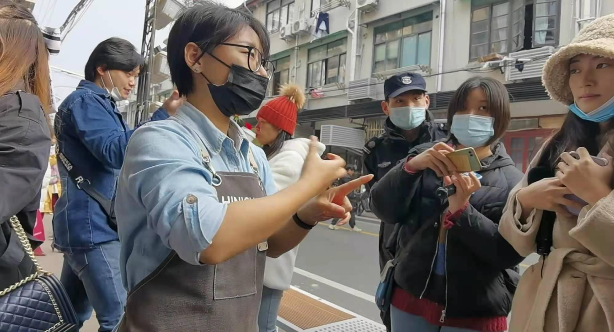 店長瑩瑩用手語表示,「想讓客人知道,殘疾聾啞人做出來的事情,可以和正常人一樣好。」記者孔雯瓊 攝