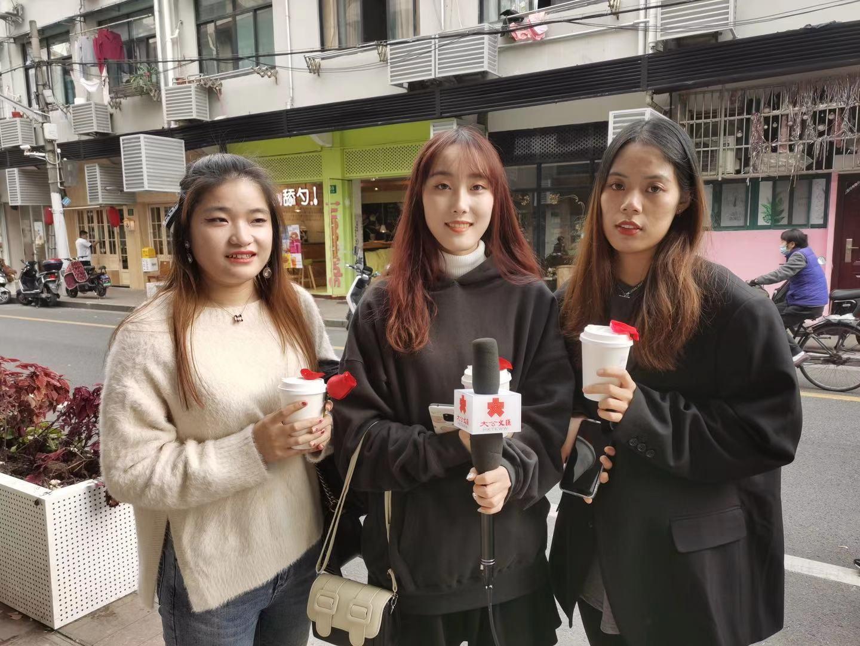 三位姑娘特意坐了1小時多的公交車來此。記者孔雯瓊 攝