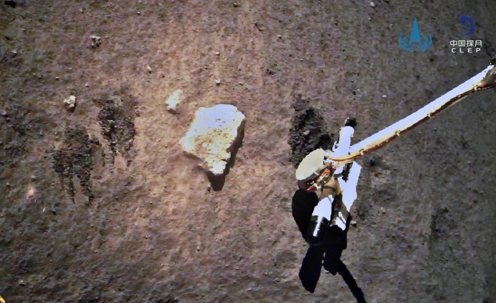 圖為嫦娥五號探測器在月球表面自動採樣。(國家航天局供圖)