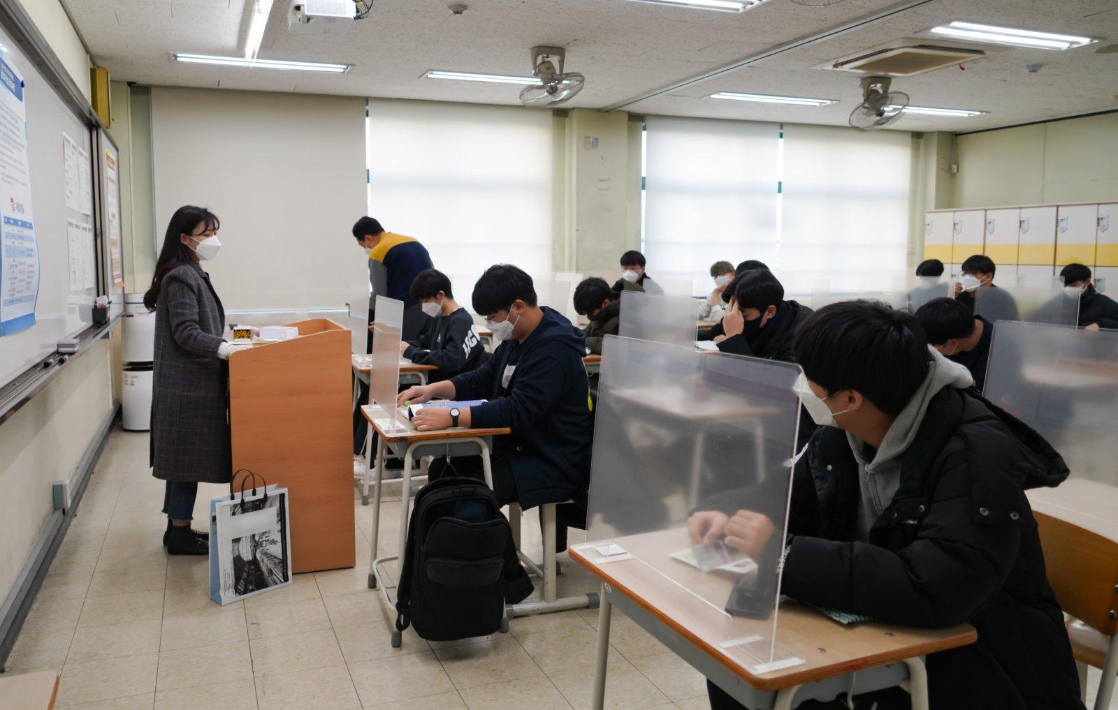 圖為在首爾某考點內,考桌上設有隔板。(中新社發 首爾市教育廳供圖)