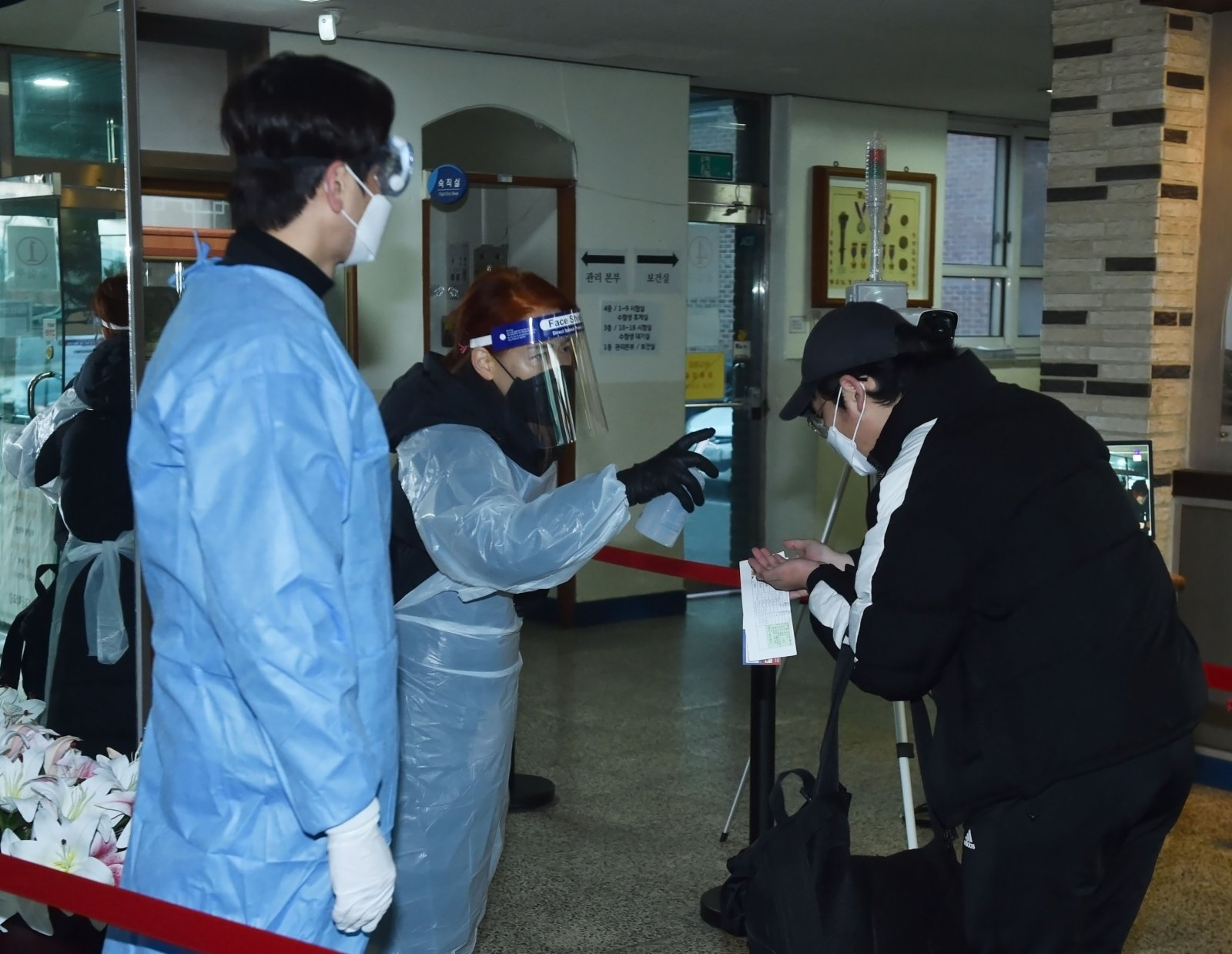 12月3日,在韓國京畿道城南市,一名考生在進入考場前進行手部消毒。(新華社)