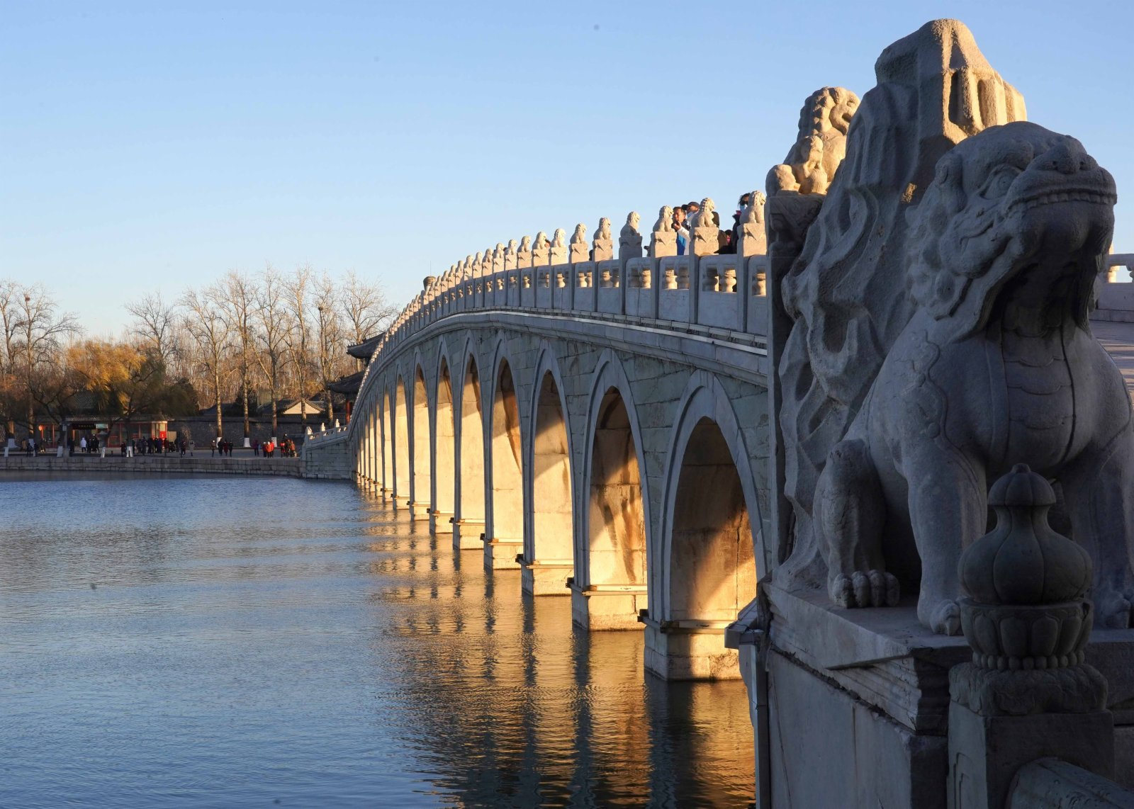 這是12月4日拍攝的頤和園十七孔橋「金光穿洞」。(新華社圖片)