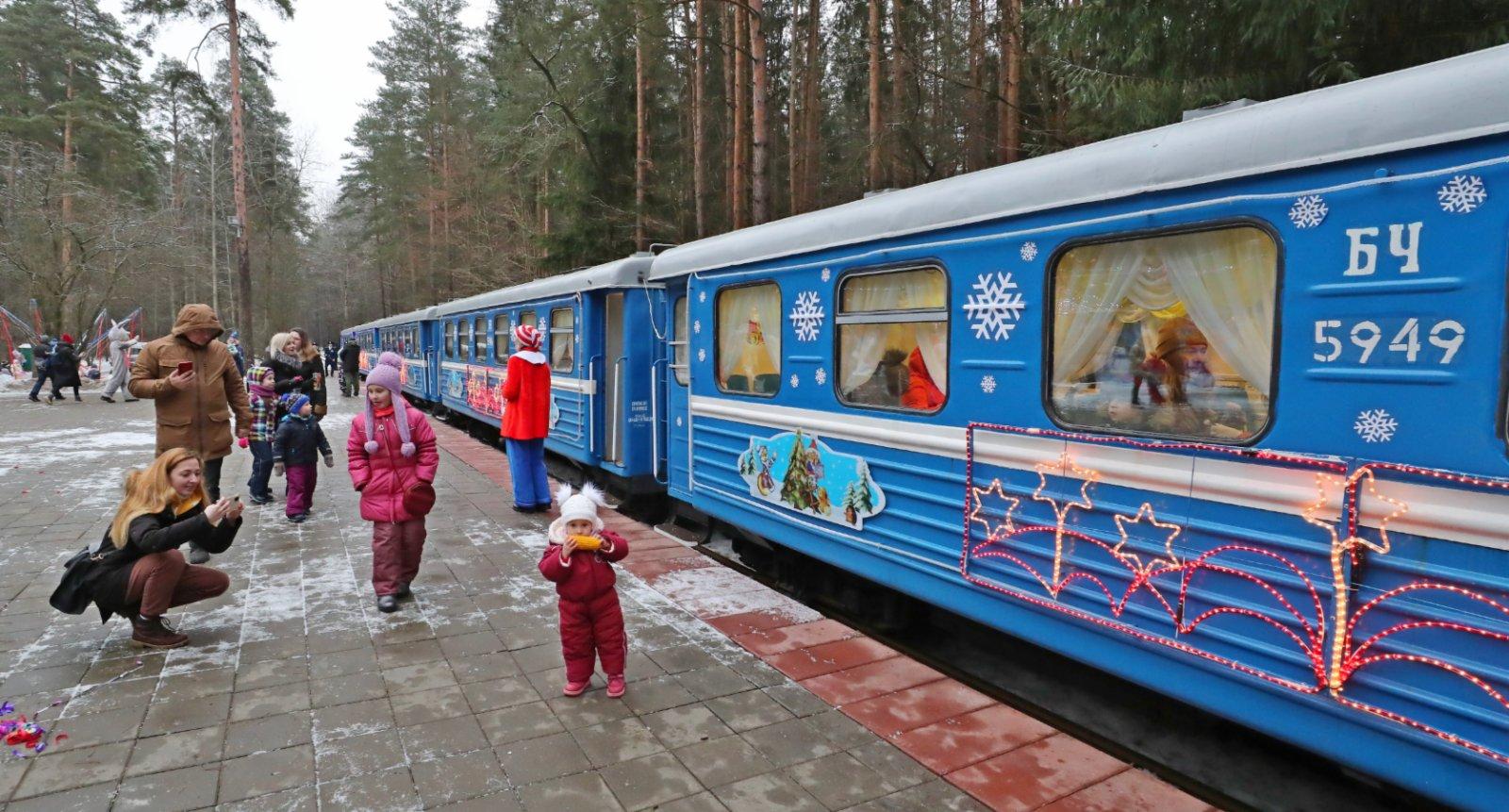 1月2日,在白俄羅斯首都明斯克,當地兒童準備乘坐兒童鐵路新年專列。(新華社)