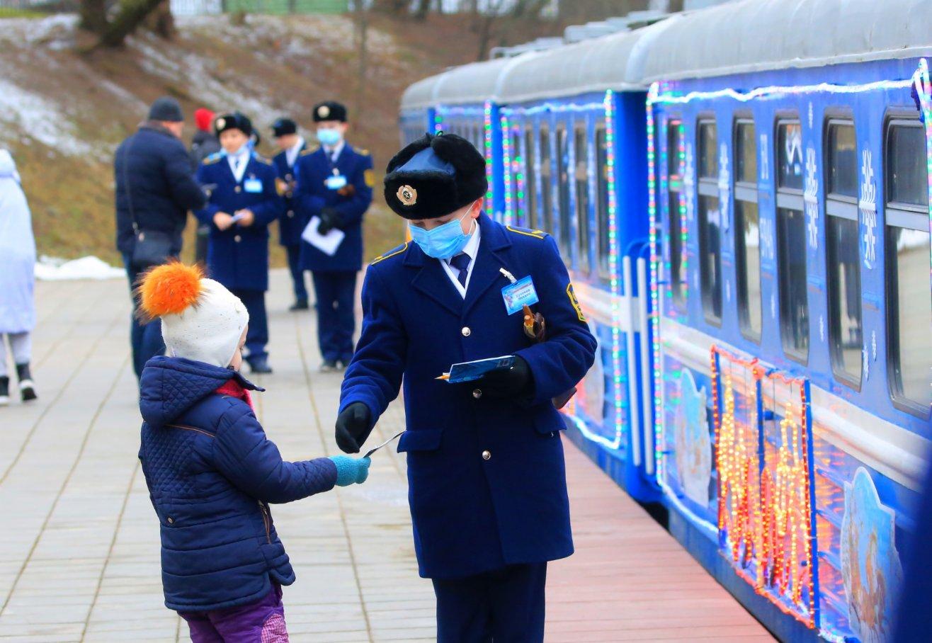 1月2日,在白俄羅斯首都明斯克,一名兒童準備乘坐兒童鐵路新年專列。(新華社)