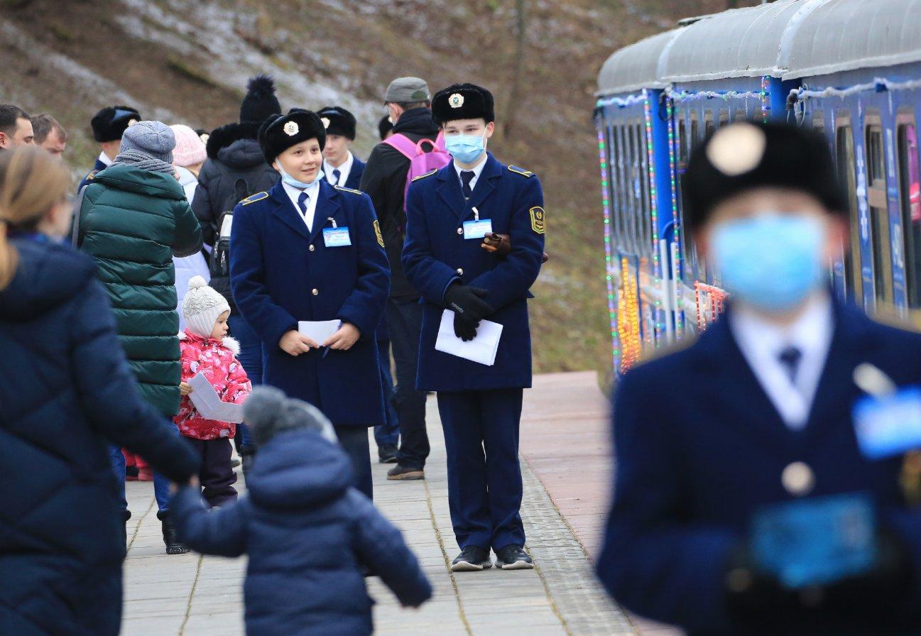 1月2日,在白俄羅斯首都明斯克,身著列車員服裝的學生為新年假日期間體驗兒童鐵路的人們提供服務。(新華社)