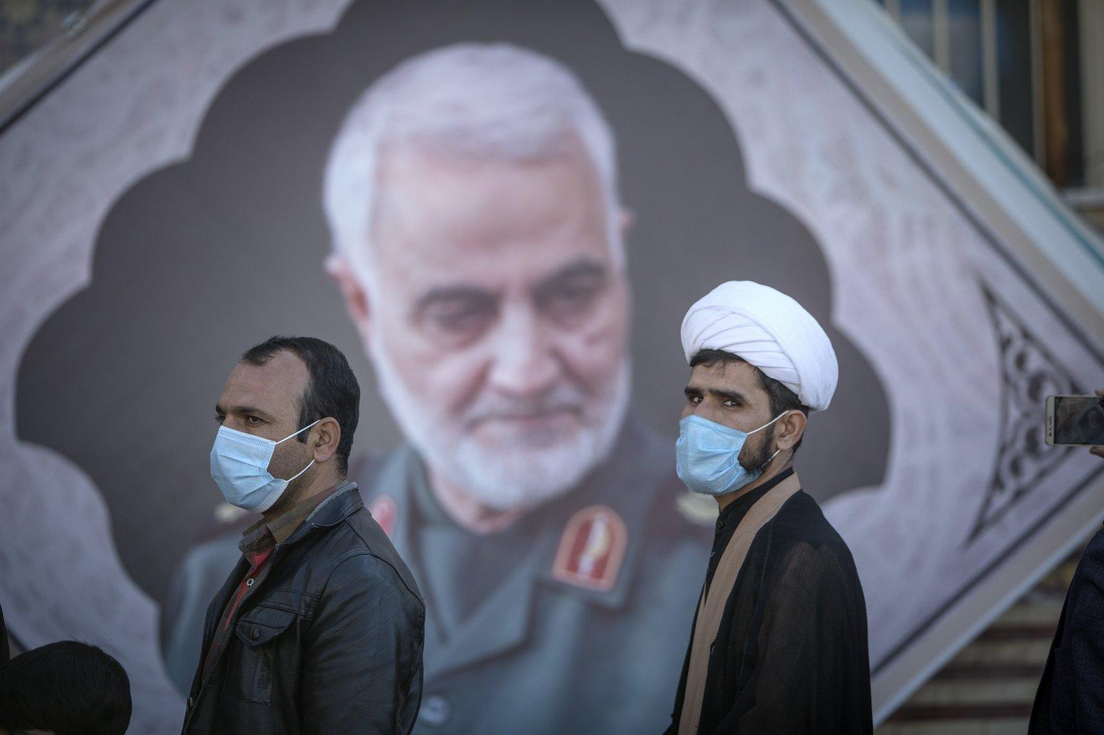 1月2日,人們在位於伊朗克爾曼的伊斯蘭革命衛隊下屬「聖城旅」指揮官蘇萊曼尼墓旁。2020年1月3日,美國在伊拉克首都巴格達發動襲擊,殺死伊朗伊斯蘭革命衛隊下屬「聖城旅」指揮官蘇萊曼尼等人。(新華社)