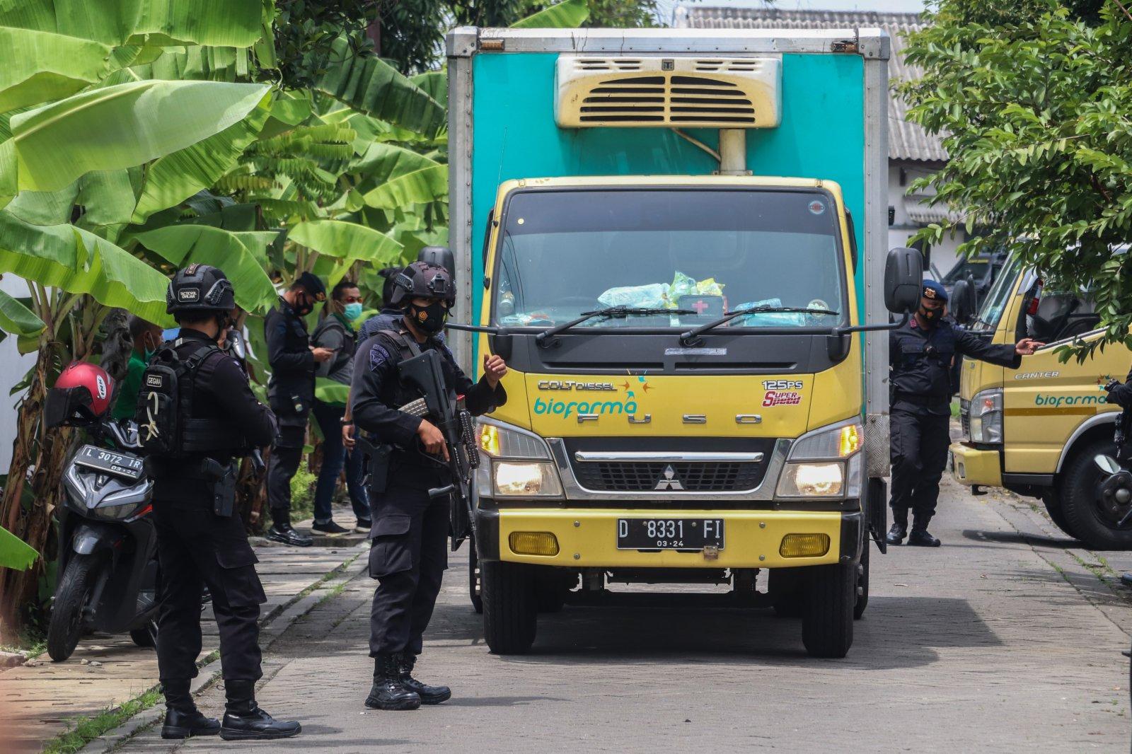 1月4日,在印度尼西亞東爪哇省泗水市,當地警察護送裝有新冠疫苗的車輛。(新華社)