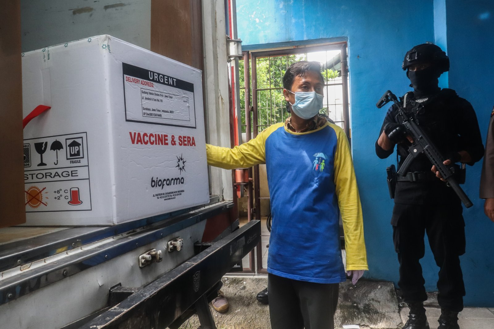 1月4日,在印度尼西亞東爪哇省泗水市,工作人員搬運新冠疫苗。(新華社)
