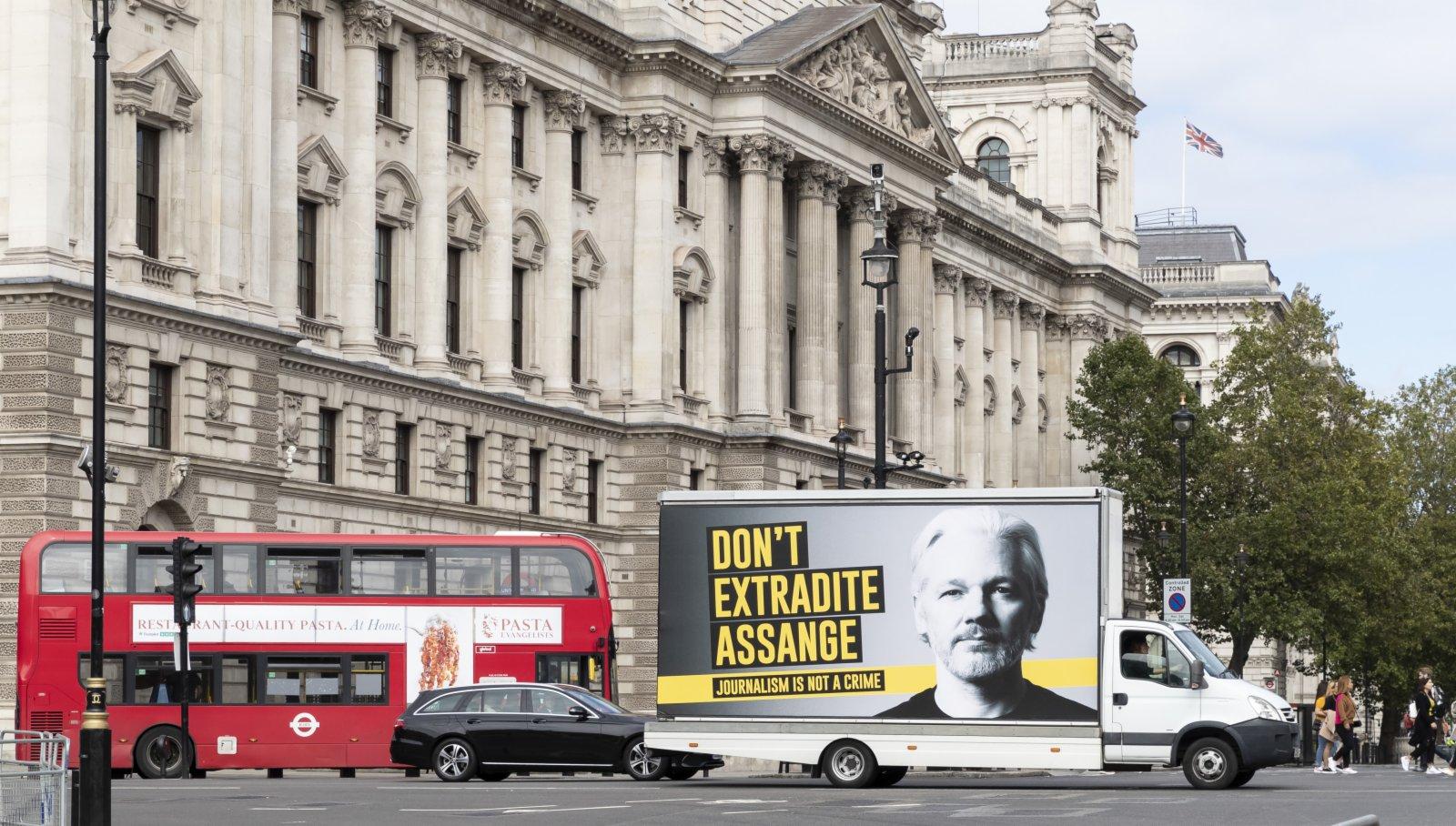 2020年9月8日,英國倫敦的一輛汽車上寫有「不要引渡阿桑奇」的標語。(新華社)