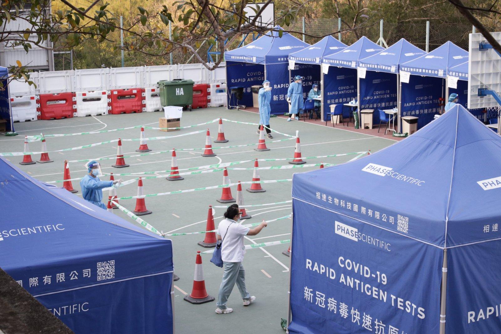 該採樣站1月5日下午2時至晚上8時,以及1月6日至8日上午10時至晚上8時,提供新冠病毒檢測服務。(香港中通社)